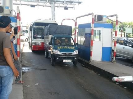 Tài xế liên tục phản đối trạm thu phí T2, vì sao?