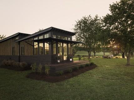 Ngôi nhà nhỏ nằm giữa đồng cỏ ghi điểm bởi nội thất mộc mạc và ấm cúng