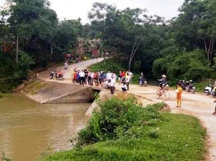Bé gái 7 tuổi chết đuối thương tâm ở suối đầu thôn