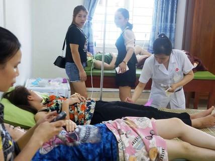 Hơn 50 khách du lịch nhập viện cấp cứu sau tiệc hải sản ở biển Hải Tiến
