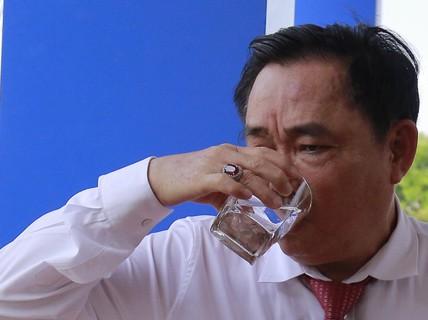 """Ông Dũng """"lò vôi"""" uống nước thải đã xử lý trước mặt Bộ trưởng TN-MT"""