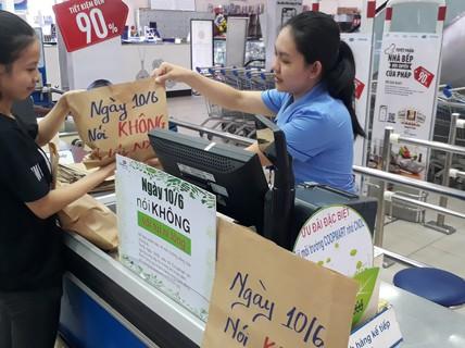 Khách hàng đi siêu thị thích thú dùng túi giấy, thùng các-tông thay túi ni-lông