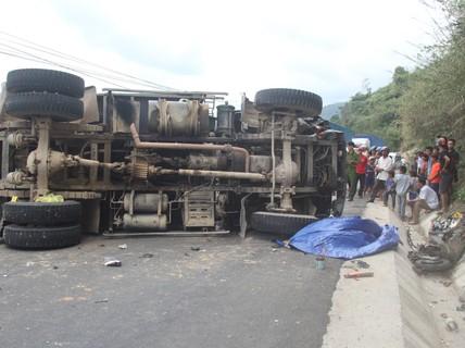 Xe máy đối đầu xe tải, 1 người tử vong, tắc đường kinh hoàng trên Quốc lộ 9