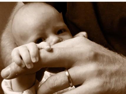 Vợ chồng Hoàng tử Harry hé lộ ảnh mới của con trai đầu lòng