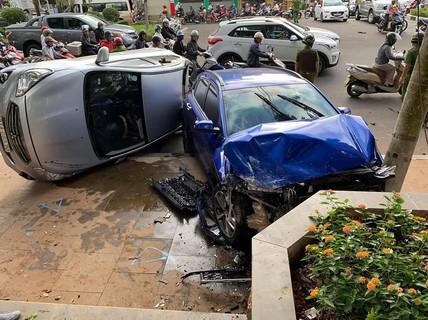 """""""Xe điên"""" tông liên hoàn nhiều xe đang dừng đèn đỏ"""