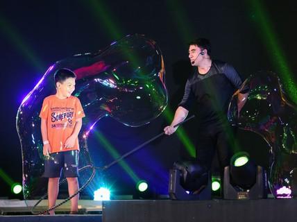 """Mãn nhãn với màn trình diễn 3 kỷ lục thế giới của """"vua bong bóng"""" Fan Yang"""
