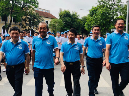 Clip: Phó Thủ tướng Trương Hoà Bình đi bộ cùng hàng ngàn người dân quanh Hồ Gươm