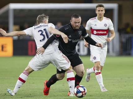 """Pha """"nã đại bác"""" từ hơn nửa sân của Rooney"""