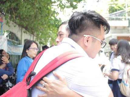 [Phóng sự ảnh] Con lớn rồi nhưng hãy cứ ôm, hôn...