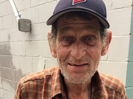 Người đàn ông vô gia cư trở lại trường học sau gần nửa thế kỷ