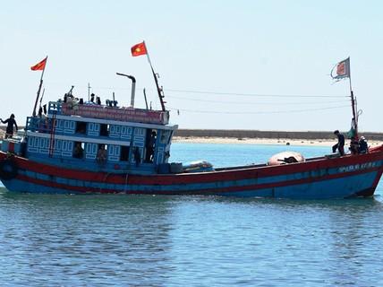 """""""Tàu nghĩa tình"""" Quỹ Tấm lòng vàng Người Lao Động cứu 32 ngư dân nước ngoài gặp nạn"""