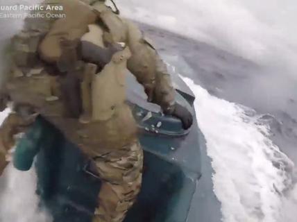 Tuần duyên Mỹ rượt tàu bán ngầm chở ma túy như phim hành động
