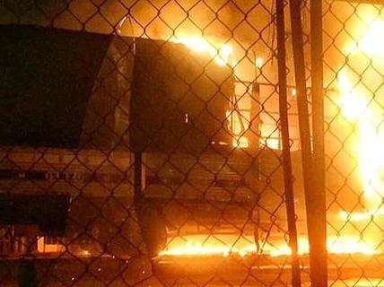 2 ôtô cháy rụi một cách khó hiểu trong đêm ở Hố Nai