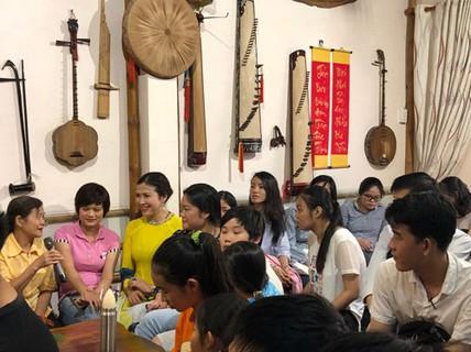 NSƯT Tuyết Mai- Mười năm đàn sách phổ cập nhạc dân tộc