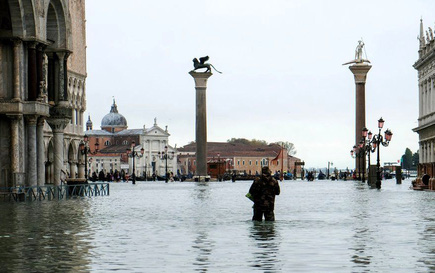 """Cận cảnh dân Venice lóp ngóp trong """"dấu ấn vĩnh viễn"""""""