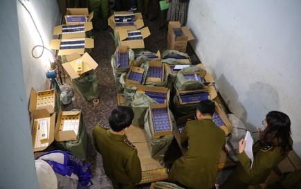 Lực lượng chức năng phá khóa căn nhà, thu giữ 15.000 bao thuốc lá nhập lậu