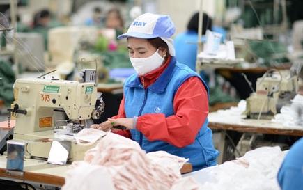 Người lao động nguy cơ mất việc vì Covid-19, doanh nghiệp xoay xở để trả lương