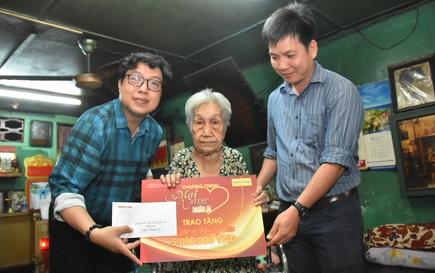 """""""Mai Vàng nhân ái"""" thăm nghệ sĩ lão thành Hoàng Vân và nghệ sĩ Diễm Trinh"""