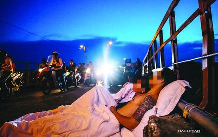 Chụp ảnh cưới kiểu đưa giường chiếu... ra đường