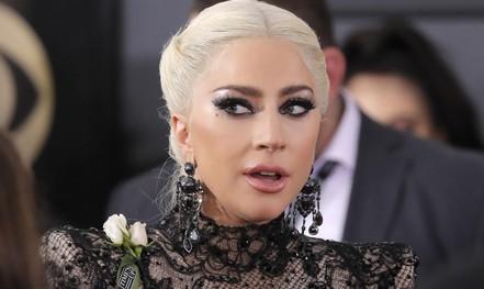 Hoa hồng trắng ngập thảm đỏ Grammy 2018