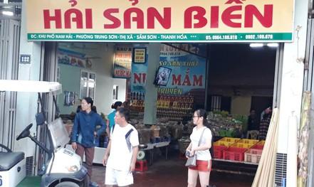 Phát hiện 2 cửa hàng hải sản ở Sầm Sơn bán tôm bơm tạp chất độc hại