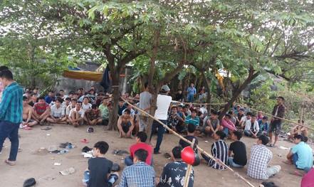 Hơn 100 người làm chuyện phi pháp trong bãi đất trống ở quận Bình Tân