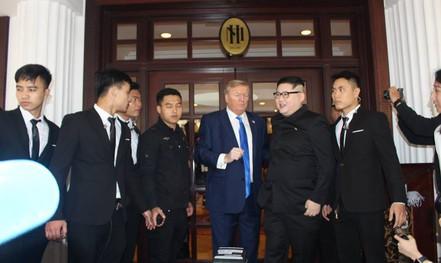 Bản sao Donald Trump và Kim Jong-un bất ngờ cùng nhau bước vào khách sạn Metropole
