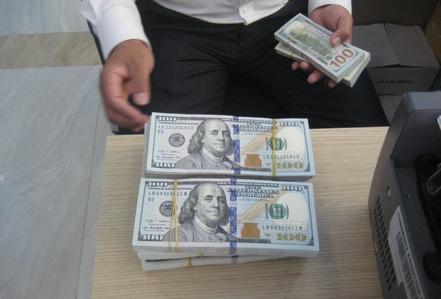 Giá USD tự do vọt lên 23.560 đồng/USD