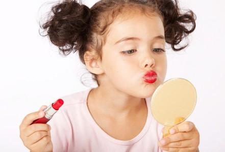 Tác động đáng sợ của hóa chất trong son môi, dầu gội lên bé gái