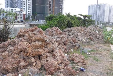Đổ trộm bùn đất trong khu dân cư