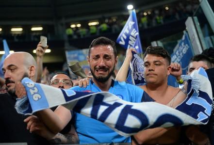 Cổ động viên Napoli bật khóc khi đội nhà hạ Juventus