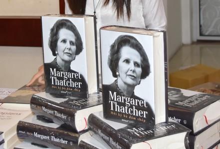 """Ra mắt cuốn sách ngàn trang về """"bà đầm thép"""" Thatcher"""
