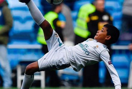 Xem siêu phẩm ngả bàn đèn của con trai Ronaldo