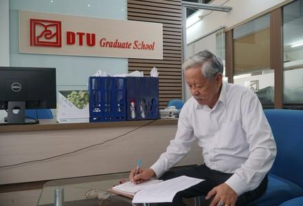Ba năm đèn sách, cụ ông 85 tuổi lấy bằng thạc sĩ
