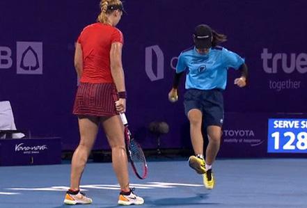 Sốc với clip cô gái nhặt bóng tennis giẫm nát chú dế