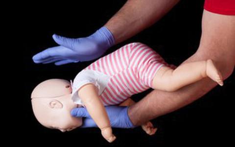 Kỹ năng sơ cứu: Cần làm gì khi trẻ bị nghẹn và sặc?