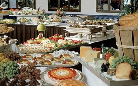 Lý do khách sạn luôn có buffet sáng miễn phí