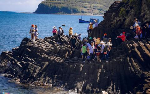 Gành Đá Đĩa thu hút đông đảo du khách dịp đầu năm