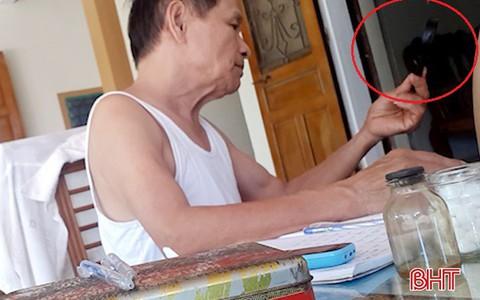 """""""Thầy lang"""" ở Hà Tĩnh dùng kính lúp chẩn đoán... bệnh dại!"""