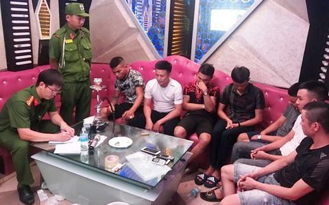 """7 thanh niên vào quán karaoke thuê phòng để """"phê"""" ma túy"""