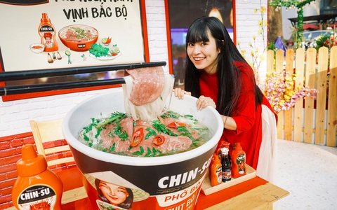 Hot girl Mắt Biếc check-in với các siêu phẩm khổng lồ tại Góc Phố Xuân 2020