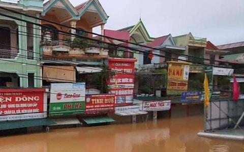 """Quảng Bình: Thuyền đánh cá lên phố cứu dân trong cơn """"đại hồng thủy"""""""