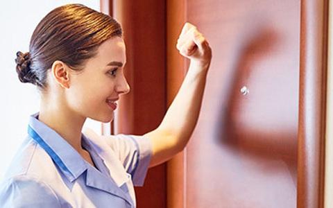 Vì sao nhân viên khách sạn luôn gõ cửa dù biết phòng trống?