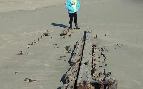 """""""Tàu ma"""" bất ngờ trồi lên giữa cát, có thể là mộ phần của 90 người"""