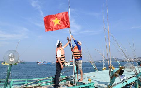 Vùng 5 Hải quân phối hợp với Báo Người Lao Động tặng cờ Tổ quốc cho ngư dân