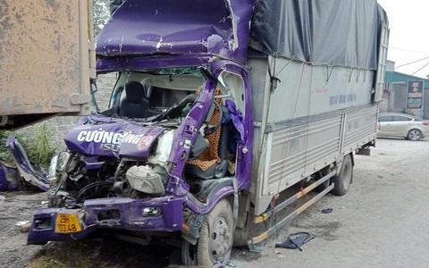 Tông vào đuôi xe phía trước, 2 người thương vong trong cabin xe tải biến dạng