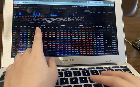 Chứng khoán bị bán tháo, VN-Index giảm sâu, thanh khoản đạt kỷ lục.