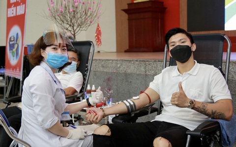 """Đoàn Văn Hậu lần đầu """"chia sẻ những giọt máu để giúp đỡ những người đang cần"""""""