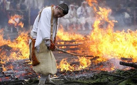 Nghi lễ đi chân trần trên than hồng ở Nhật Bản