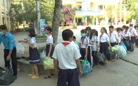 Học sinh miền Tây nô nức đổi rác thải nhựa lấy dụng cụ học tập